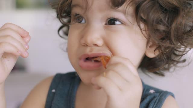 エビの尾を食べる赤ちゃん。 - 車海老料理点の映像素材/bロール