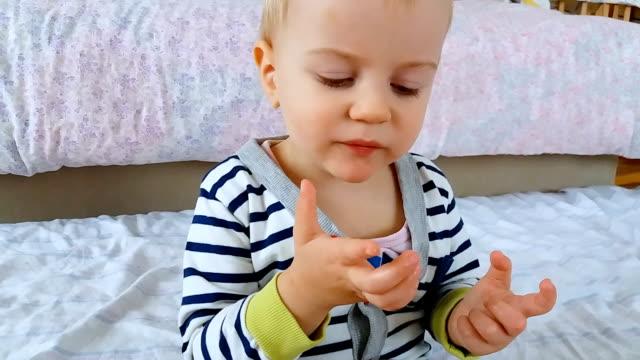 baby essen saure granatapfel und grimassieren - ein männliches baby allein stock-videos und b-roll-filmmaterial