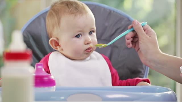 vídeos de stock, filmes e b-roll de de bebê comendo - comida de bebê