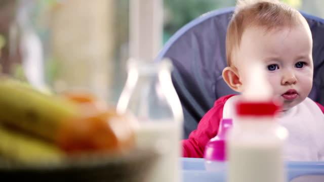 baby-essen - einige gegenstände mittelgroße ansammlung stock-videos und b-roll-filmmaterial