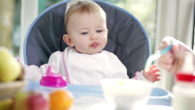 vidéos et rushes de bébé manger - groupe moyen d'objets