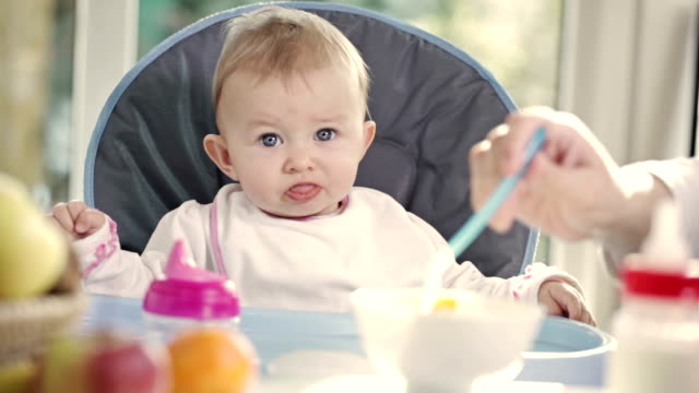 baby-essen - kleinstkind stock-videos und b-roll-filmmaterial