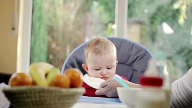 stockvideo's en b-roll-footage met baby eating - middelgrote groep dingen
