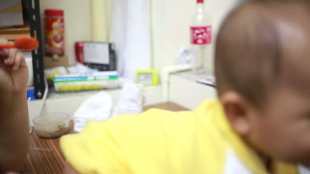 vídeos de stock, filmes e b-roll de de bebê comendo - cadeirinha cadeira