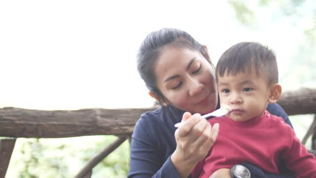 slo mo baby eating with mother - soltanto un neonato maschio video stock e b–roll
