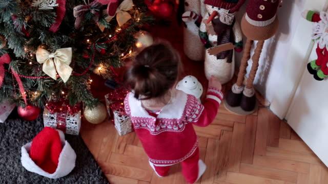 赤ちゃんは、クリスマス ツリーを調べる - 生後18ヶ月から23ヶ月点の映像素材/bロール