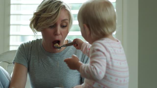 baby feeding mother - ペイソン点の映像素材/bロール