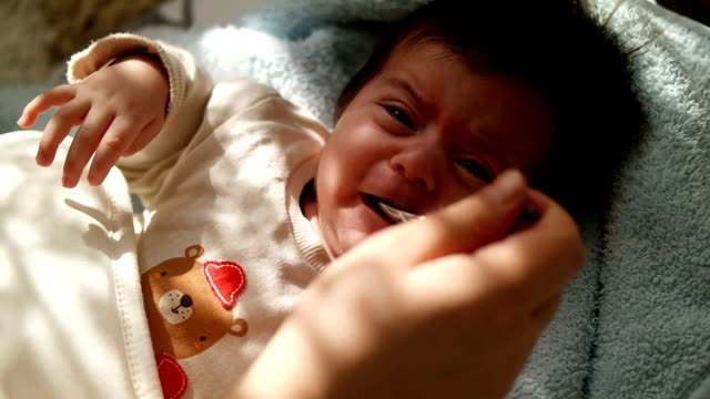 baby füttern mit liquid medizin - fieber stock-videos und b-roll-filmmaterial
