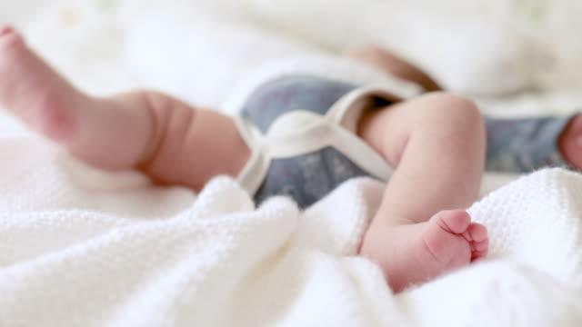 baby feet - ein männliches baby allein stock-videos und b-roll-filmmaterial