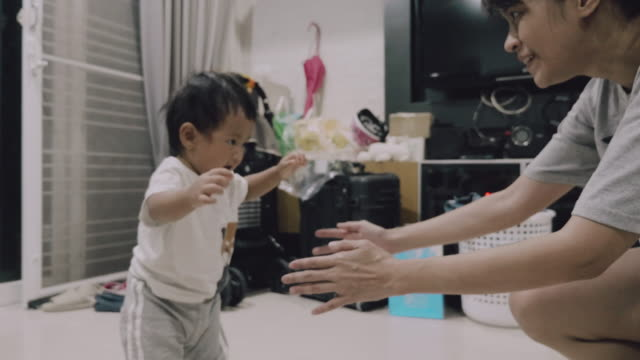 baby first steps to mom at home - primi passi video stock e b–roll