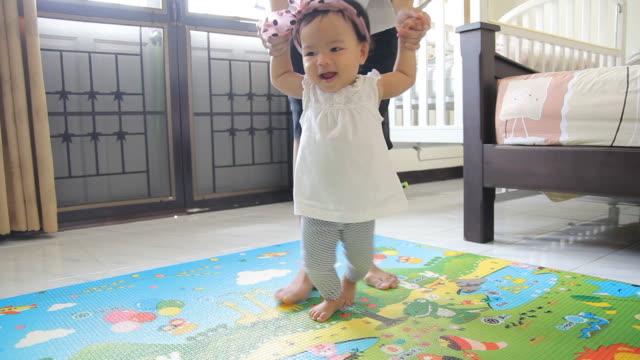 vídeos de stock, filmes e b-roll de hd: primeiros passos de bebê - steps and staircases