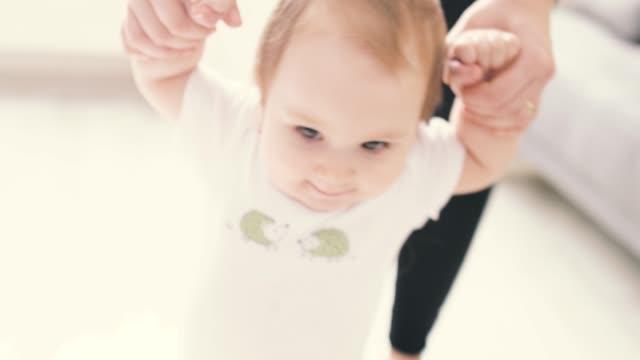 vídeos de stock, filmes e b-roll de primeiros passos do bebê com matriz - começo