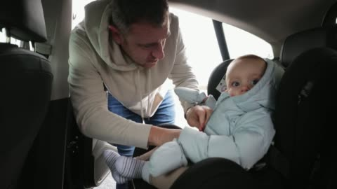 vídeos de stock e filmes b-roll de baby getting strapped into the car - domingo