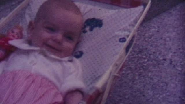 vidéos et rushes de baby girl, 1960s - 1966