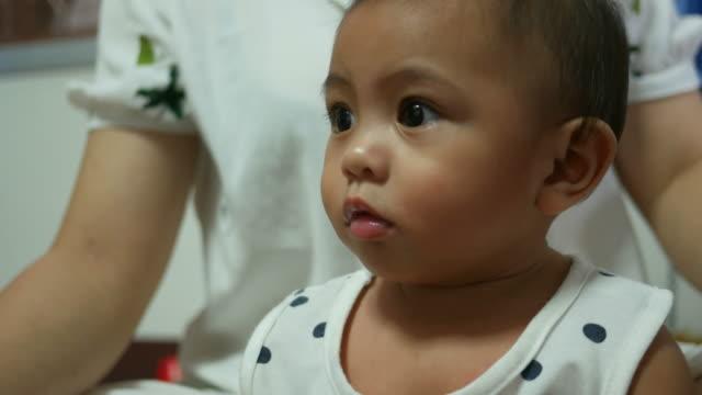 vídeos de stock e filmes b-roll de baby girl and mother - cuidar de crianças