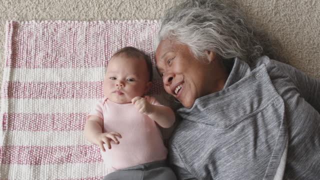 vídeos de stock, filmes e b-roll de menina se relacionando com sua avó - avó
