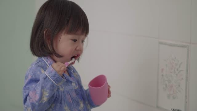 女の赤ちゃんが自分で歯を磨く