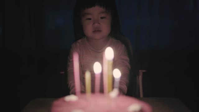 vídeos de stock, filmes e b-roll de baby girl celebrating brithday - soprando
