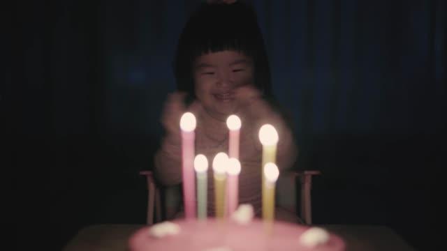 baby girl celebrating brithday - koreanischer abstammung stock-videos und b-roll-filmmaterial