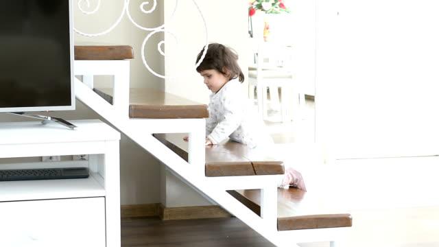赤ちゃん女の子が階段を登って - 階段点の映像素材/bロール