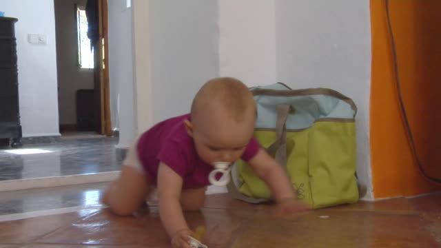 vídeos de stock e filmes b-roll de ms baby girl (6-11 months) crawling on floor, ibiza, spain - 6 11 meses