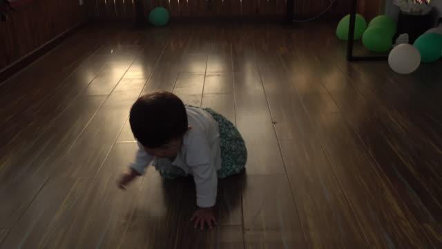 vídeos de stock, filmes e b-roll de a baby girl crawling - engatinhando