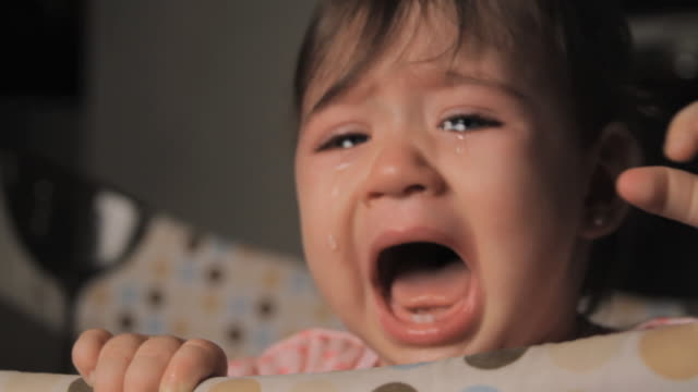 vidéos et rushes de cu baby girl (6-11 months) crying in playpen / miami, florida, usa - crier