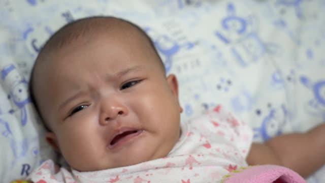 vidéos et rushes de petite fille de pleurer allongé sur le lit. - pleurer