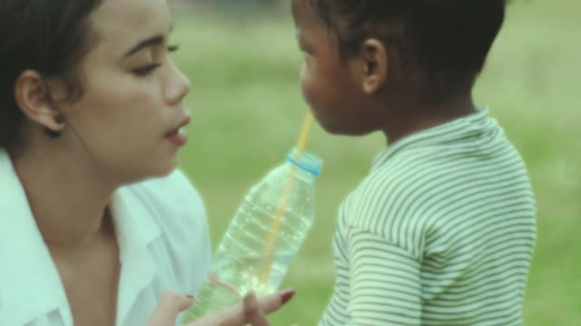 baby girl drinking water - single mother stock videos & royalty-free footage