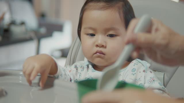 母親に餌を与える女の赤ちゃん。 - 断る点の映像素材/bロール