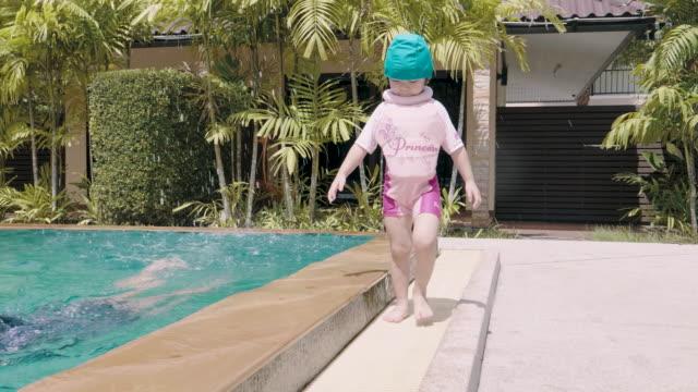 Babymädchen im Pool genießen