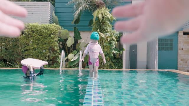 POV: Babymädchen im Pool genießen