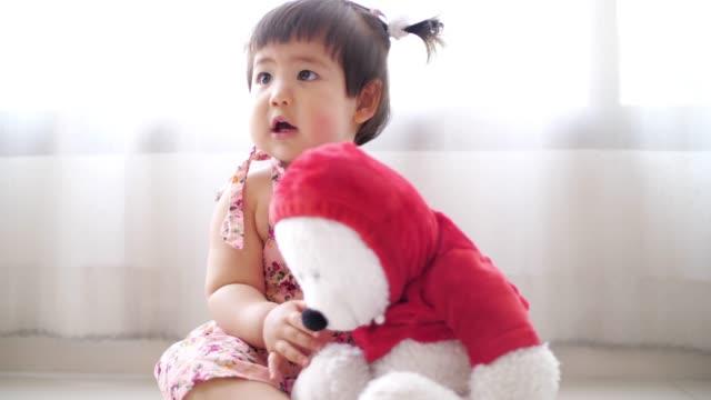 テディベア、スローモーションでおかしい赤ちゃんの女の子 - ぬいぐるみ点の映像素材/bロール