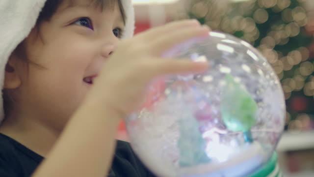 vídeos de stock, filmes e b-roll de menina recebe presente de feriado do ano novo - 2 3 anos