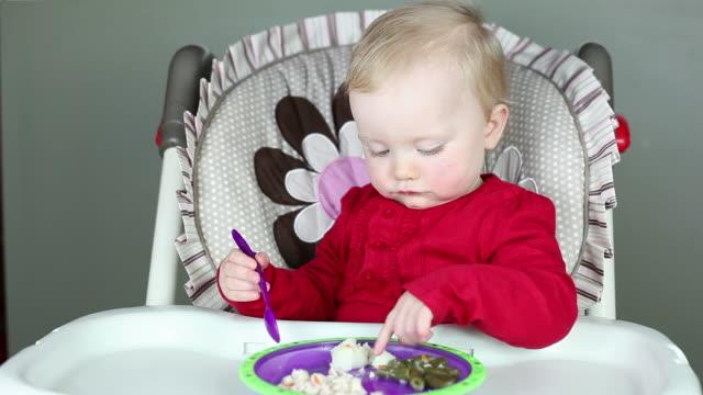 vídeos y material grabado en eventos de stock de niña bebé feliz cuando opciones de alimentos - happy meal
