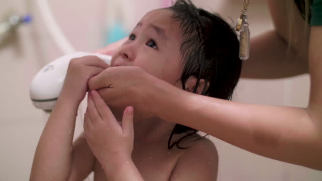 cu: 赤ちゃんの沐浴 - 風呂点の映像素材/bロール