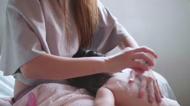 cu: babymädchen baden - kinder beim duschen stock-videos und b-roll-filmmaterial