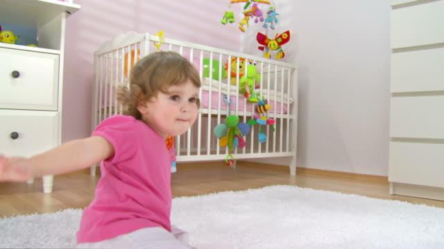 hd :ベビーガールのカーペットをお楽しみください。 - 生後18ヶ月から23ヶ月点の映像素材/bロール