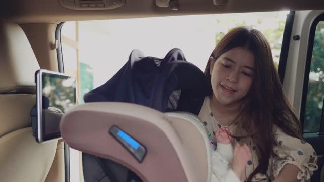 vídeos de stock e filmes b-roll de baby girl in child safety car seat. - assento de veículo