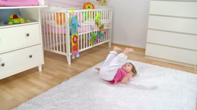 vídeos de stock, filmes e b-roll de grou hd: bebê menina gritando com as pernas - animal de brinquedo