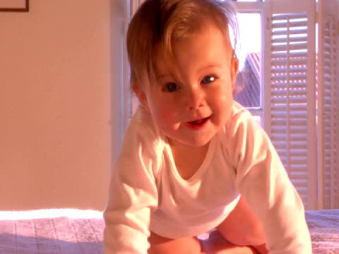 vídeos de stock, filmes e b-roll de ms, baby girl (6-9 months) learning to crawl on bed - 6 11 meses