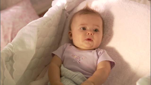 vídeos de stock e filmes b-roll de cu, ha, baby girl (6-9 months) lying in basinet - 6 11 meses