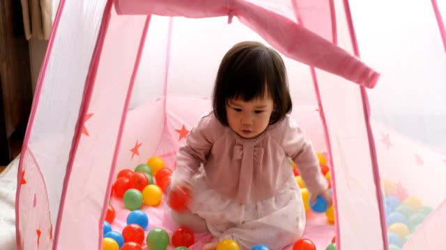 Ocean Ball Baby Mädchen spielen im Zelt