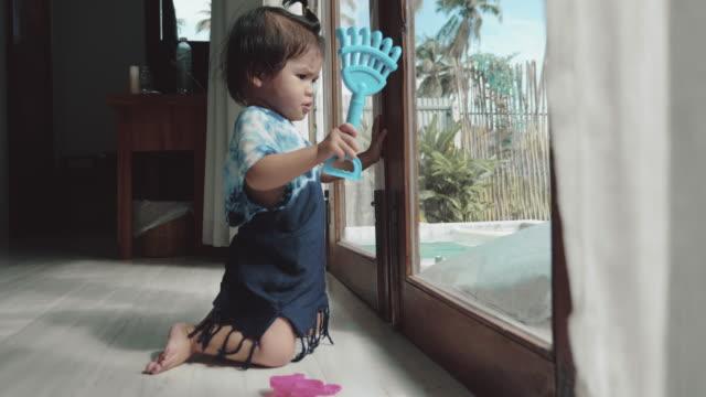 ein kleines mädchen (6-11 monate) spiel und spaß im wohnzimmer ein zuhause. - 6 11 months stock-videos und b-roll-filmmaterial