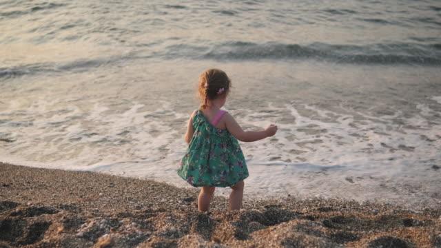 vídeos de stock, filmes e b-roll de menina brincando na praia de verão - província de ulster