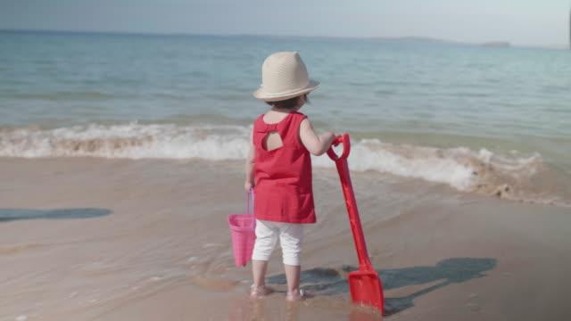 vídeos de stock, filmes e b-roll de menina jogando na praia de verão, donegal, irlanda - província de ulster
