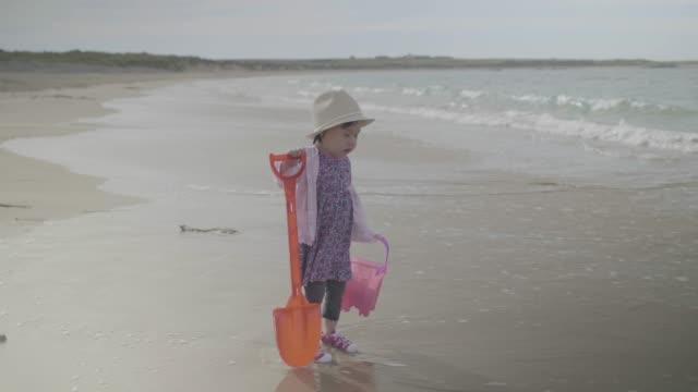 vídeos de stock, filmes e b-roll de bebê menina que joga na praia do verão, donegal, ireland - província de ulster