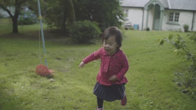 赤ちゃん女の子再生非表示とシークにホームガーデン - 夏休み点の映像素材/bロール