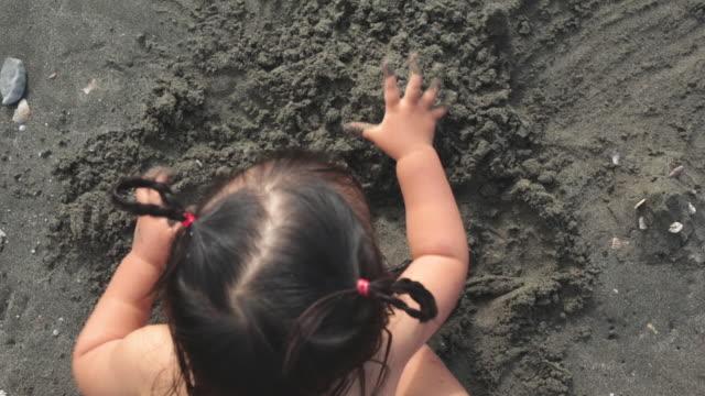 ビーチで遊んで女の赤ちゃん - 裸点の映像素材/bロール
