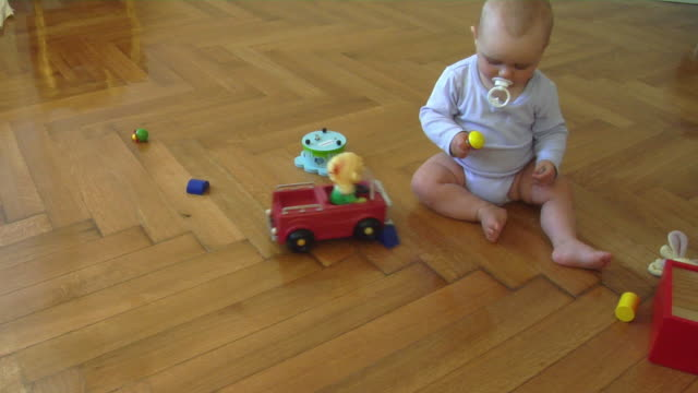 vídeos de stock e filmes b-roll de ws ha baby girl (6-11 months) playing on parquet floor, berlin, germany - 6 11 meses